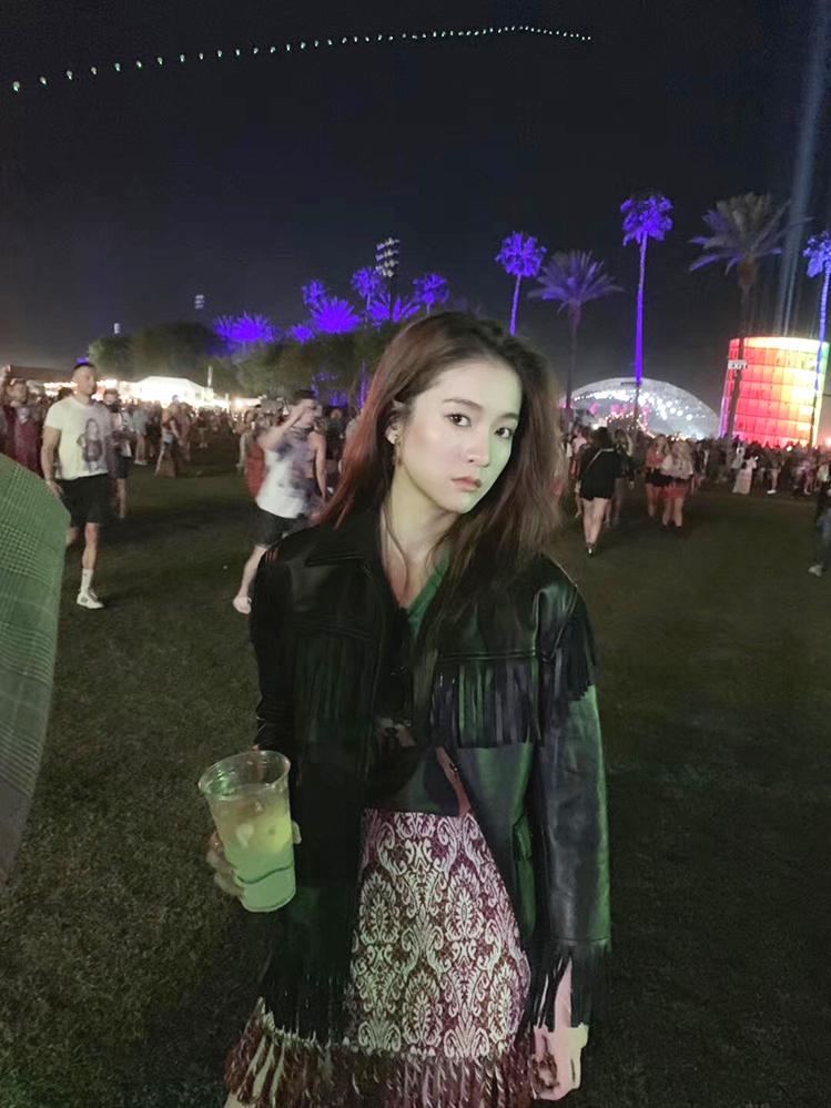 张雪迎现身音乐节酷感轻烟熏化身摇滚少女