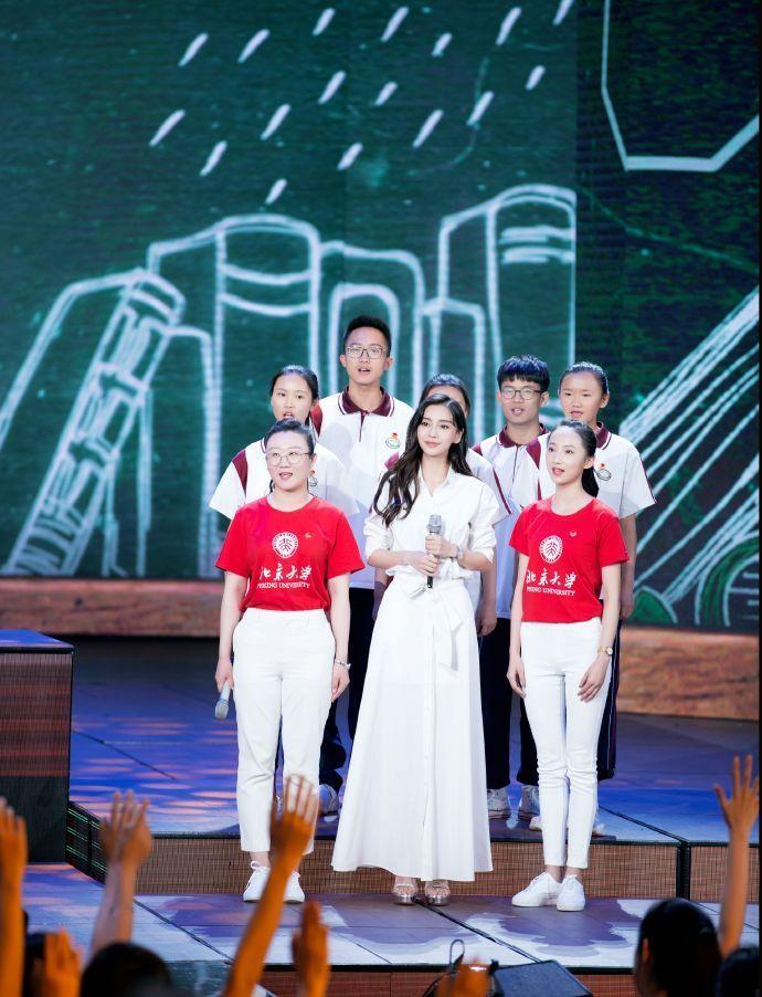 Angelababy亮相五四晚会献唱《奉献》
