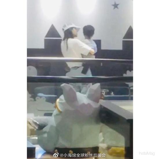 网友偶遇Angelababy抱小海绵出行 母子背影很温馨