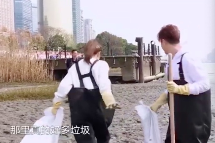 迪丽热巴化身怪力少女,拼命捡垃圾看呆罗志祥